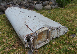 2014-03-08_9M-MRO_B772MH@Indian_Ocean_Wreckage_LaReunion_1sm