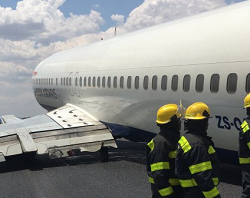 2015-10-26 Comair Boeing 737-400 suffered gear collapse on landing