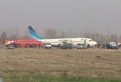 2015-11-22 Avia Traffic Boeing 737-300 seriously damaged on landing at Osh