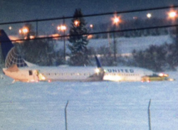 2016-01-05 United Airlines Boeing 737-800 off taxiway at Spokane