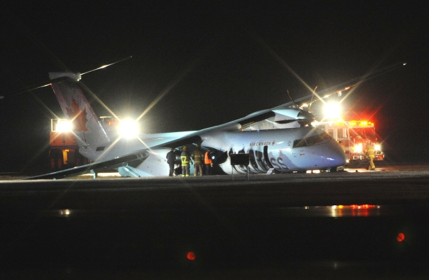2014-11-06 Air Canada Express DHC-8 undercarriage collapse at Edmonton