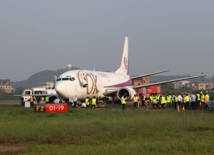 2016-04-27 Okay Airways Boeing 737-300F off runway at Guangzhou