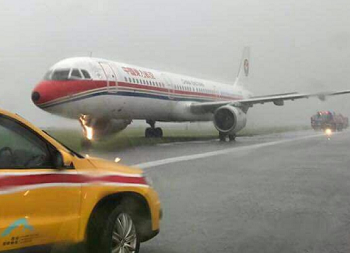 2017-05-24 China Eastern Airbus A321 runway excursion at Hong Kong